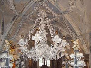 Lustr z kostí a lebek v Sedlecké kostnici