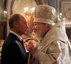Putin a patriarcha Kirill v objetí. Symbol prorůstání státu a církve.