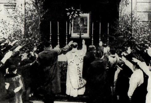 Tato podivná mše se konala v době války v Teplicích. Na obrázku vzadu není Ježíš ani panenka Márie, ale Adolf Hitler.