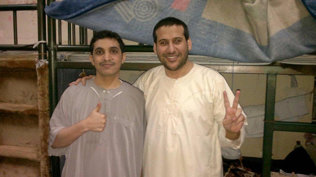 """Fotka, která nedávno """"leakla"""" ze saúdskoarabského vězení. Je na ní Waleed Abu al-Khair (vpravo) s dalším saúdským vězněným lidskoprávním aktivistou, Fawzanem al-Harbim."""