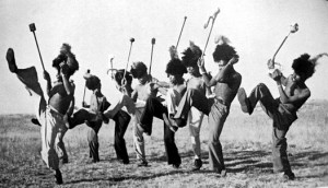Kmen Mohebholo - rituální tanec Umteyo / zdroj: Wikimedia
