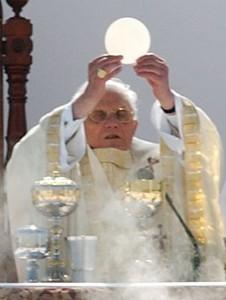 Papež Benedict XVI. slaví eucharistii