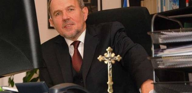 prezidentův vicekancléř Petr Hájek ve své pracovně