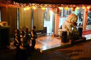 Policie hlídkuje před buddhistickým chrámem Ekayana Buddhist Center v Jakartě.
