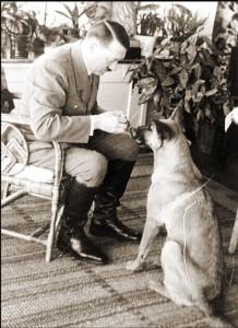 Adolf Hitler a pes.