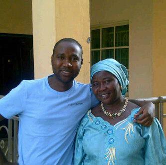 Mubarak Bala se svou matkou.