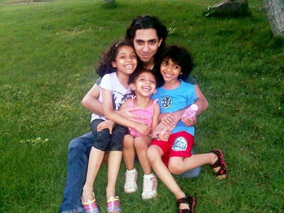 Raif Badawi se svými dětmi.