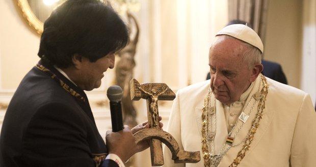 papez-bolivie-evo-morales-prezident-dar-darek-krucifix-srp-kladivo